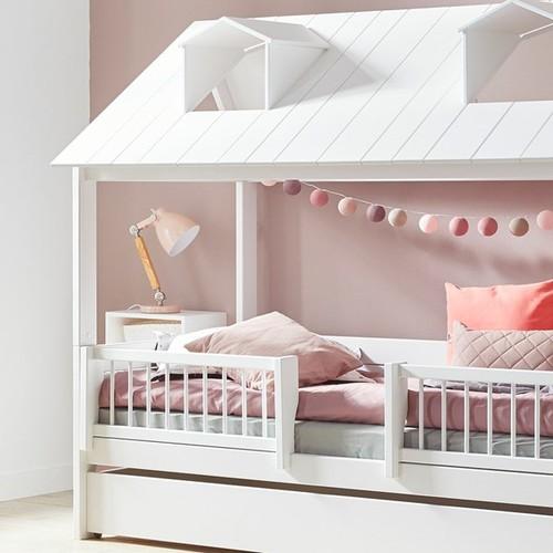 Легло къща с ограда тип сандвич